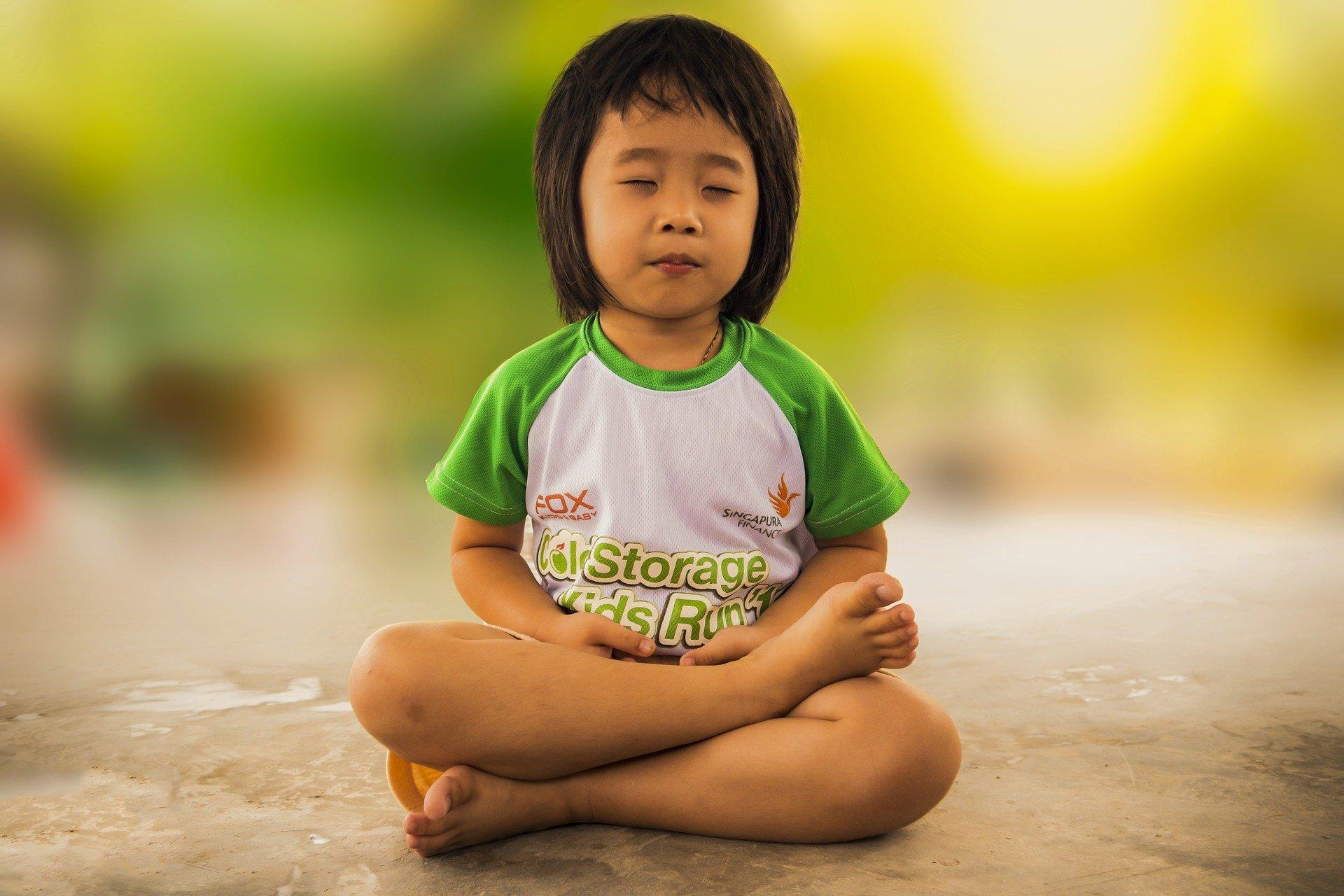lugnt barn med yoga